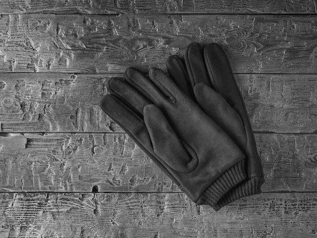 Gants pour hommes en cuir véritable sur une table en bois