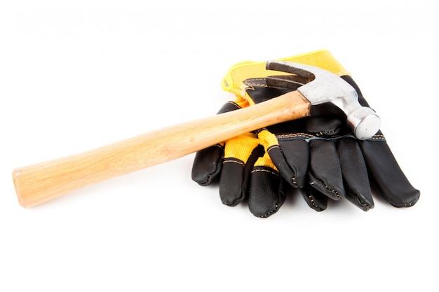 Gants de protection et un marteau