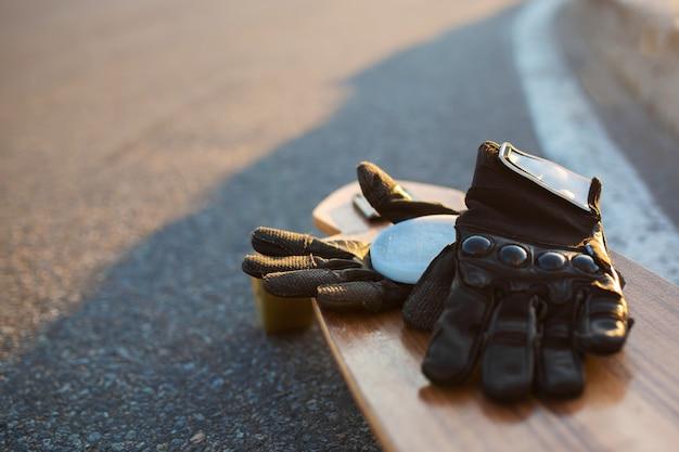 Gants spéciaux pour le longboard sur longboard.