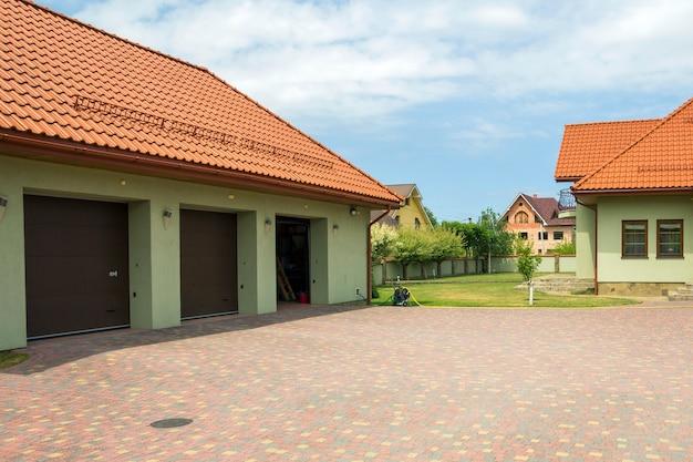 Garage avec portes dans une cour
