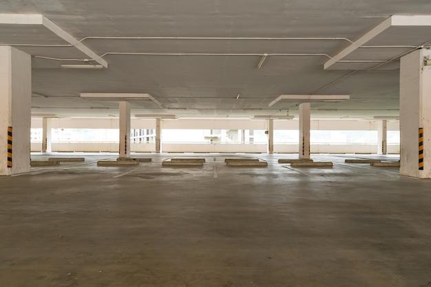 Garage de stationnement intérieur de grand magasin parking vide ou intérieur de garage immeuble d'affaires bureau