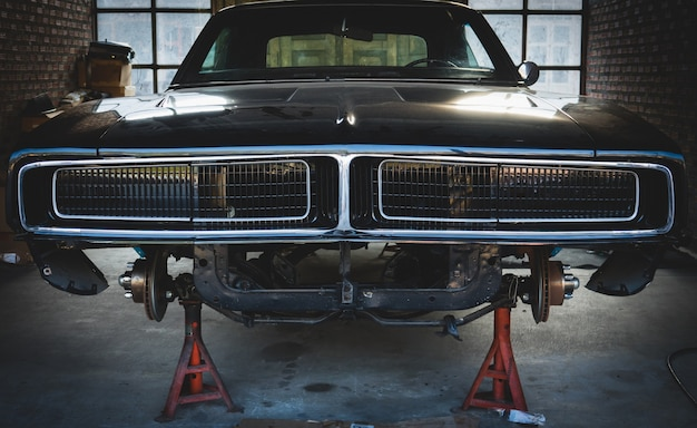 Garage vintage avec la voiture classique revivre.