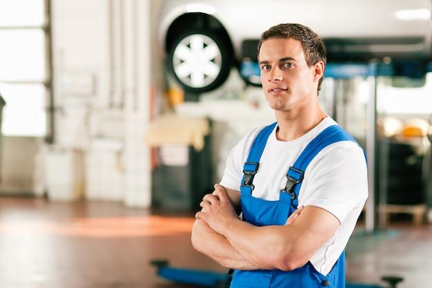 Garagiste en atelier