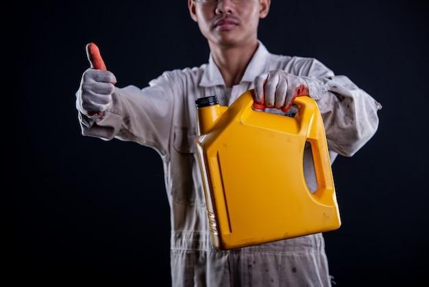 Garagiste portant un uniforme blanc tenant une clé