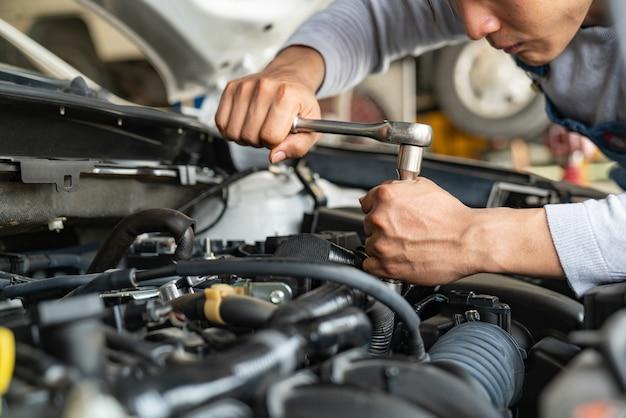 Garagiste en réparation automobile