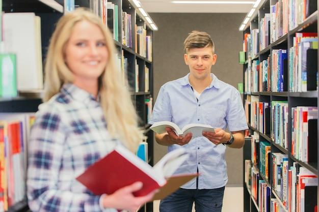 Garçon adolescent de collège avec des livres