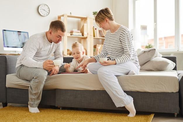 Garçon à l'aide de l'application d'apprentissage avec les parents