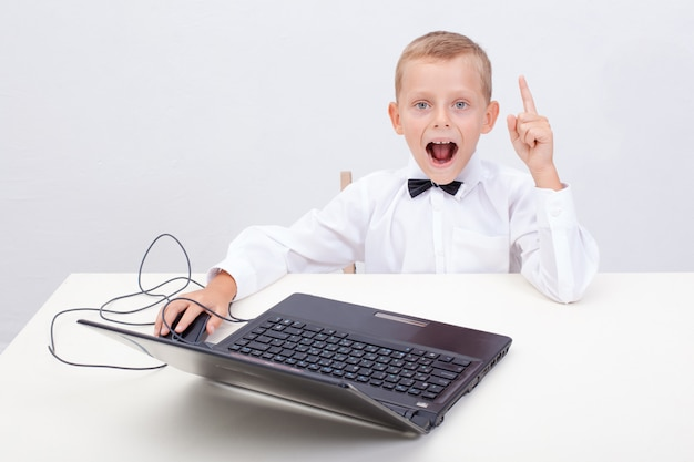 Garçon à l'aide de son ordinateur portable