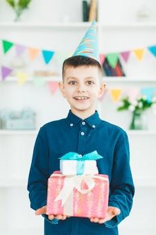 Garçon d'anniversaire avec des cadeaux