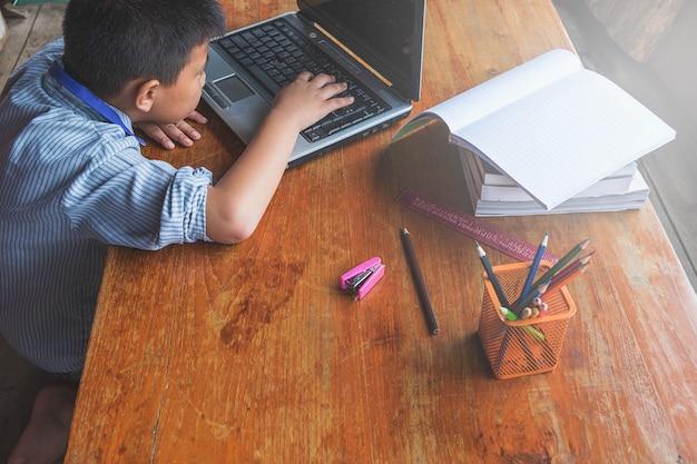 Garçon apprend par ordinateur