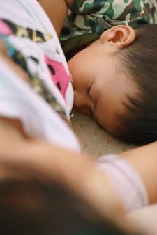 Garçon asiatique âgé d'environ 1 an et 11 mois allaitement d'un bébé asiatique