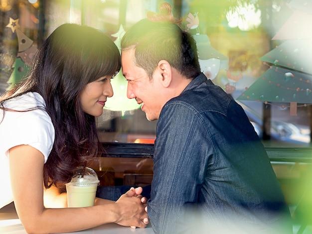 Garçon asiatique et une fille amoureuse ensemble et flirter avec une belle lumière du soleil