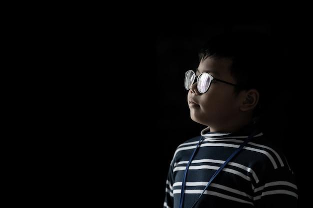 Garçon asiatique sur fond noir.