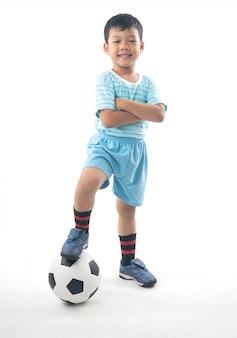 Garçon asiatique jouant au football isolé