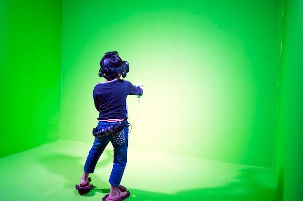 Garçon asiatique jouant vr sur backdround écran vert