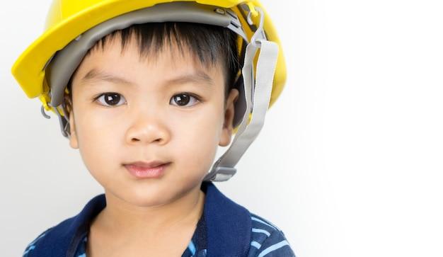 Garçon asiatique joue dans les rôles d'ingénieur mécanicien.