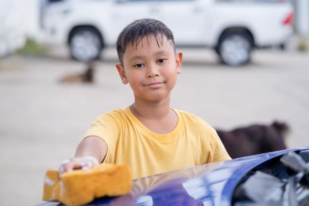 Garçon asiatique, lavage de voiture
