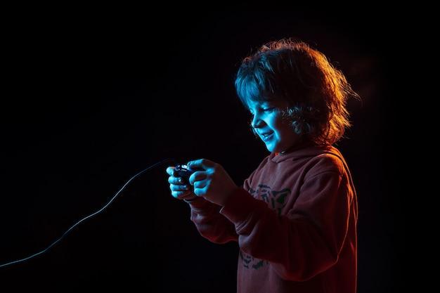 Garçon attentif jouant aux jeux vidéo