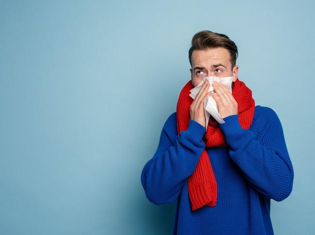 Le garçon a attrapé un rhume et a des frissons froids