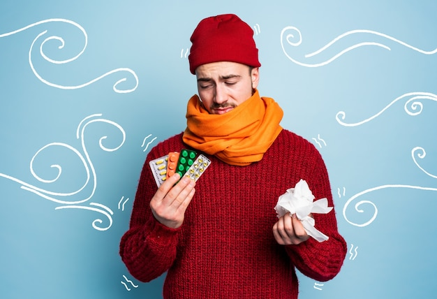 Un garçon a attrapé un rhume et utilise des pilules pour guérir le studio sur cyan