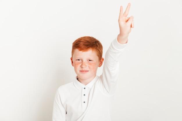 Garçon au gingembre montrant deux doigts