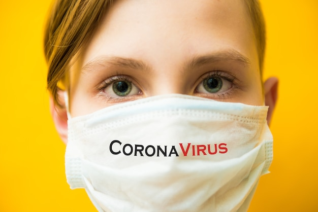Garçon au masque médical. verrouillage du coronavirus covid-19, panique. vaccin contre un nouveau virus. émotions négatives