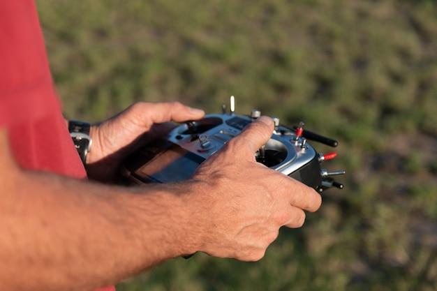 Garçon au volant de la radiocommande