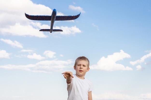 Garçon avec avion