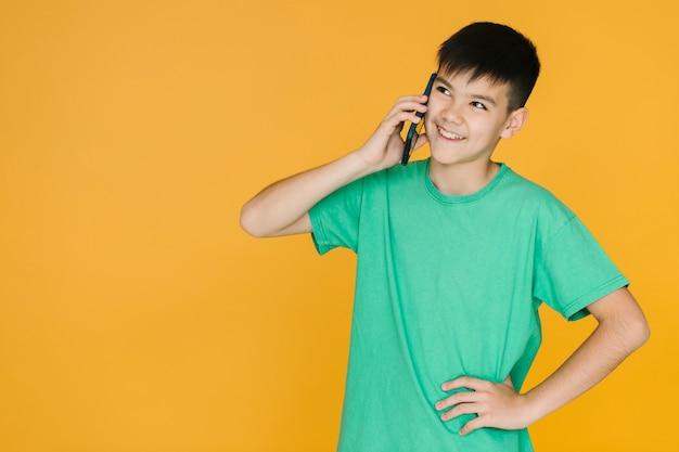 Garçon ayant une conversation au téléphone