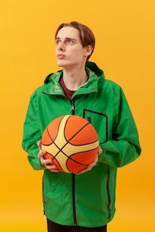 Garçon avec ballon de basket