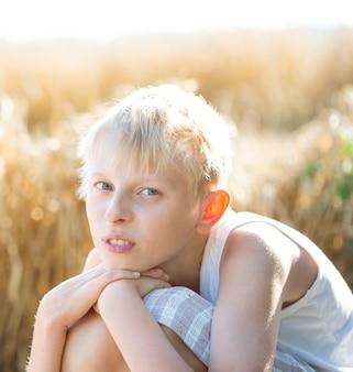 Garçon blond au champ de blé