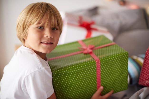 Garçon blond avec grand cadeau de noël