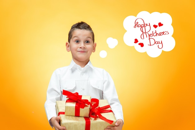 Le garçon avec une boîte-cadeau. concept de bonne fête des mères