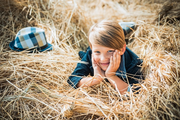 Garçon sur une brise dans un village d'automne automne enfants avec humeur automnale temps d'automne pour les enfants mode vente