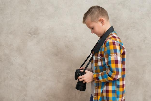 Garçon avec caméra