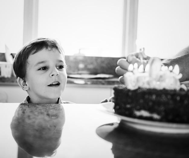 Garçon célébrant son anniversaire avec un gâteau