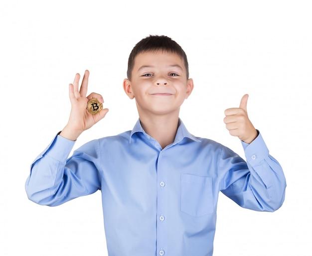 Garçon en chemise bleue détient le geste de bitcoin ok