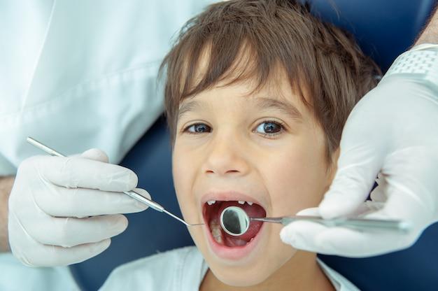Garçon chez dentiste fxing ses dents