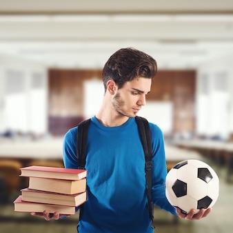 Garçon Choisit Le Ballon Au Lieu De Livres à L'école Photo Premium