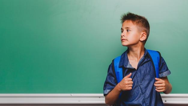 Garçon confiant dans la salle de classe