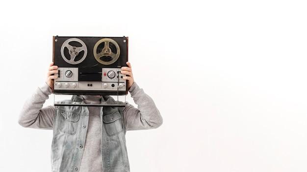 Garçon de copie-espace avec cassette
