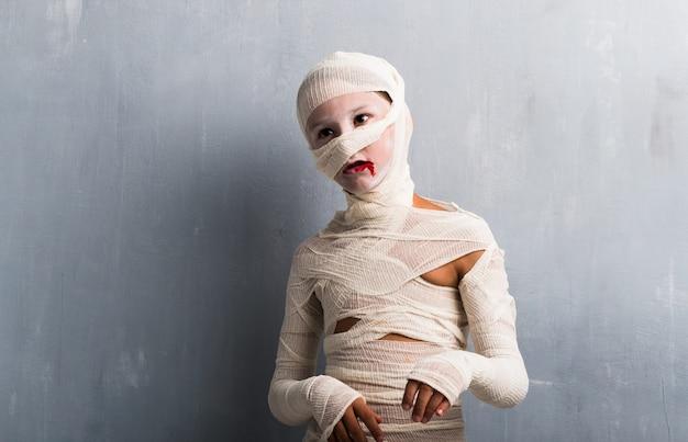 Garçon en costume de momie pour les fêtes d'halloween