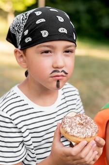 Garçon en costume de pirate