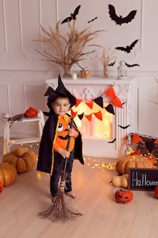 Garçon en costume de sorcière halloween