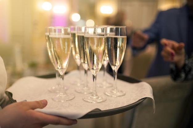 Garçon avec des coupes de champagne
