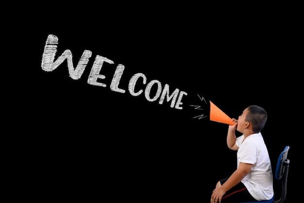 Le garçon a crié fort bienvenue