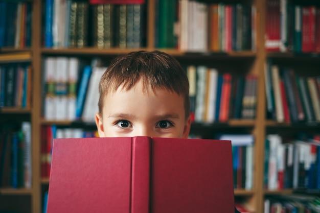Garçon dans la bibliothèque