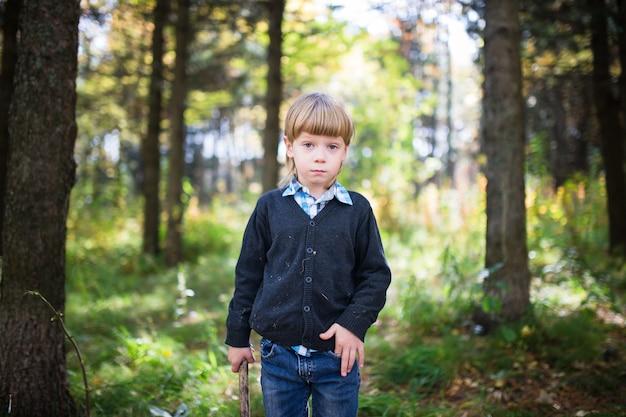 Le garçon dans les bois.