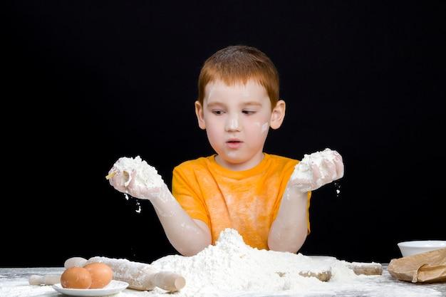 Garçon dans la cuisine