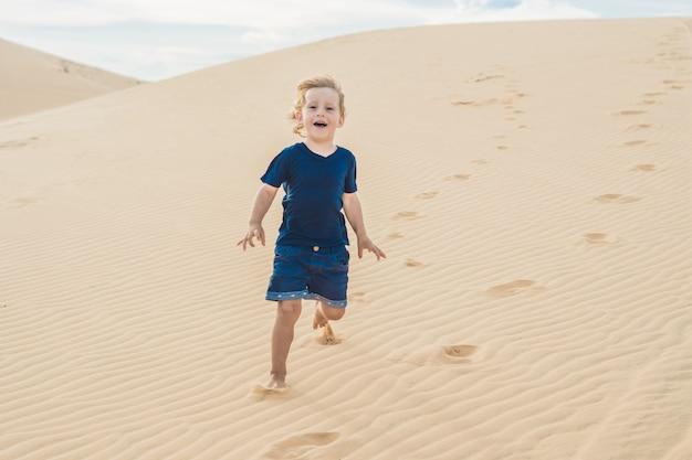 Garçon dans le désert